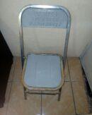 silla plegable de metal color natural